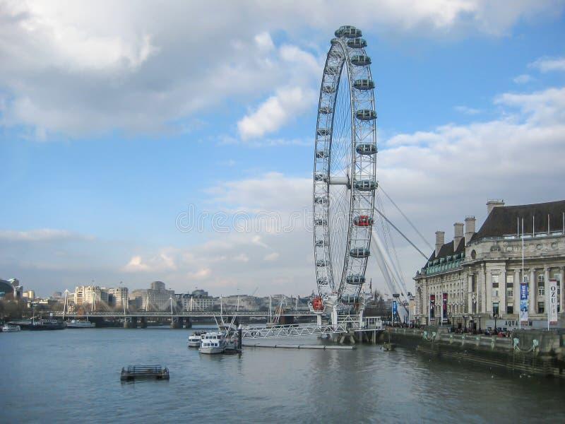 Ποταμός Τάμεσης στο κεντρικό Λονδίνο με το μάτι του Λονδίνου στοκ εικόνα