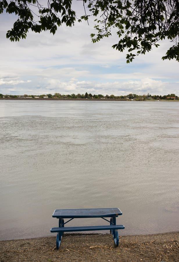 Ποταμός της Κολούμπια επιτραπέζιων όχθεων ποταμού πικ-νίκ στοκ εικόνες με δικαίωμα ελεύθερης χρήσης