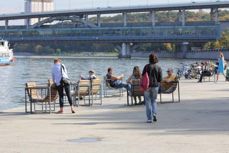 Ποταμός της Μόσχας κατά τη διάρκεια του Σαββατοκύριακου φθινοπώρου στοκ εικόνες με δικαίωμα ελεύθερης χρήσης
