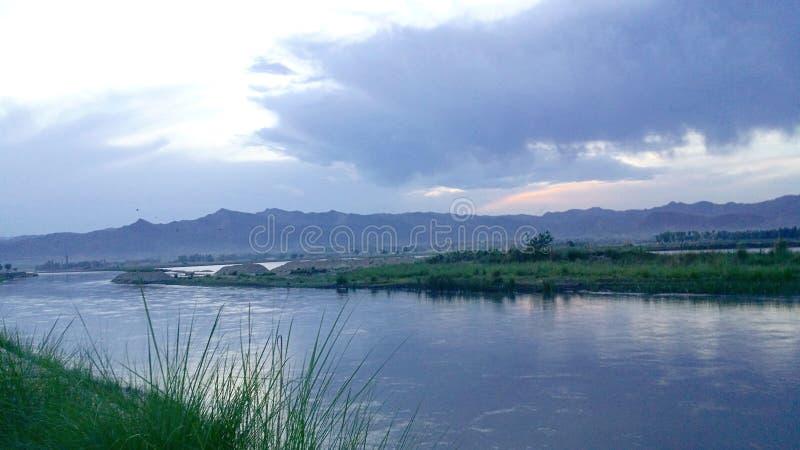 Ποταμός του Καμπούλ με το βουνό και έναν νεφελώδη ουρανό στοκ φωτογραφίες
