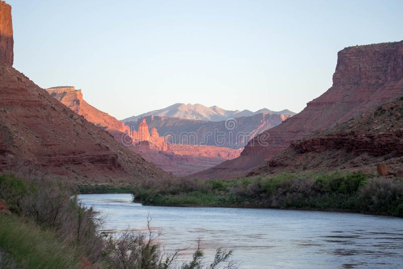 Ποταμός του Κολοράντο που διατρέχει του εθνικού πάρκου αψίδων, Moab Γιούτα στοκ εικόνες