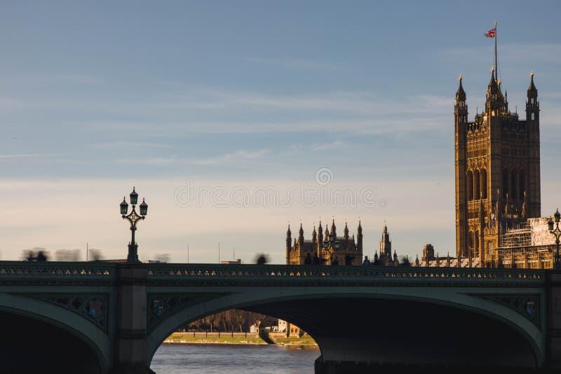 Ποταμός του Λονδίνου Τάμεσης με τα σπίτια του Κοινοβουλίου πίσω κατά τη διάρκεια των μειονεκτημάτων στοκ εικόνες