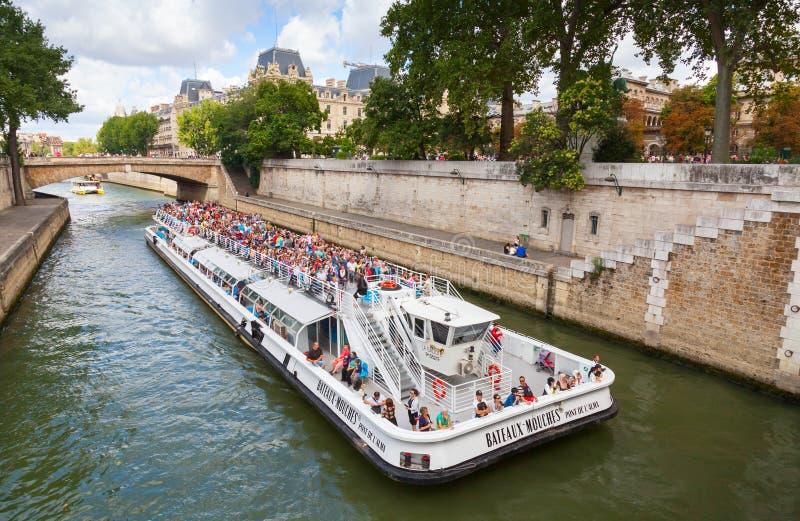 Ποταμός του Σηκουάνα, άσπρο τουριστικό σκάφος επιβατών στο Παρίσι στοκ φωτογραφία
