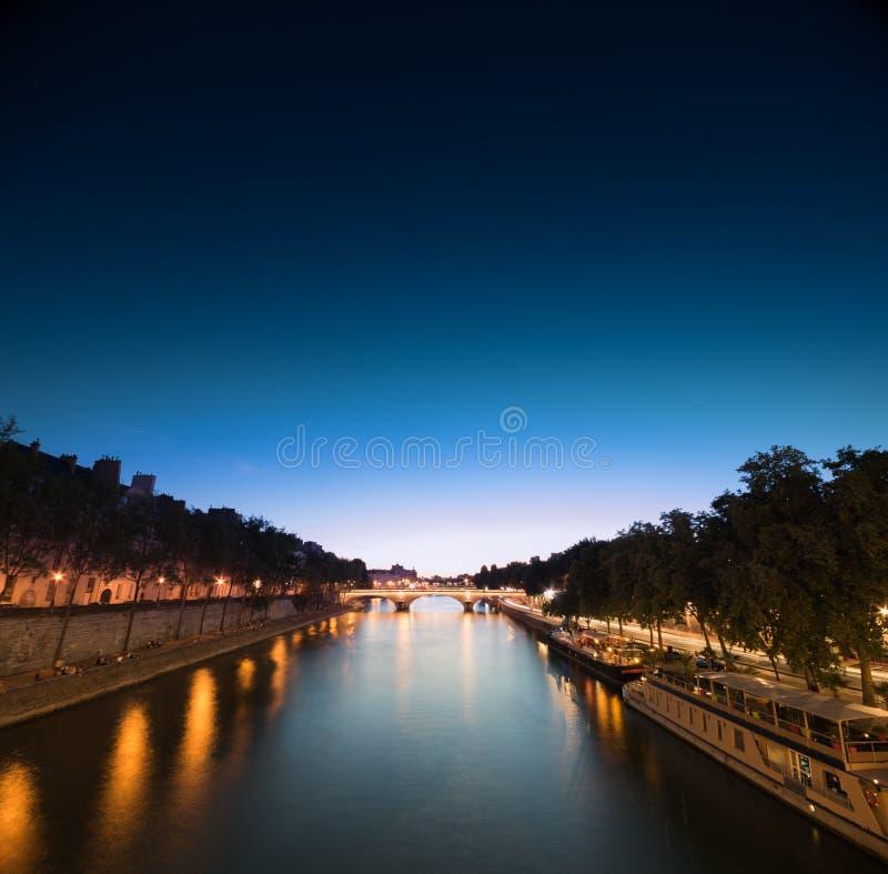 Download Ποταμός του Σηκουάνα στη νύχτα Στοκ Εικόνες - εικόνα από anglia, κλιμακωτός: 62716228