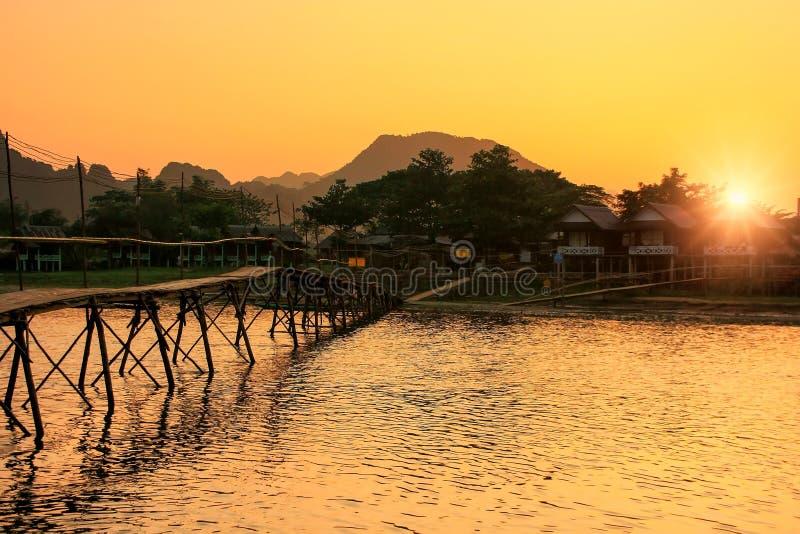 Ποταμός τραγουδιού Nam με την ξύλινη γέφυρα στο ηλιοβασίλεμα σε Vang Vieng, Λάος στοκ φωτογραφία με δικαίωμα ελεύθερης χρήσης