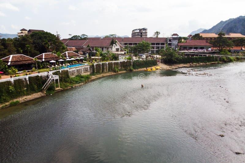 Ποταμός τραγουδιού Nam σε Vang Vieng, επαρχία Vientiane, Λάος Το Vang Vieng είναι ένας δημοφιλής προορισμός για τον τουρισμό περι στοκ φωτογραφία