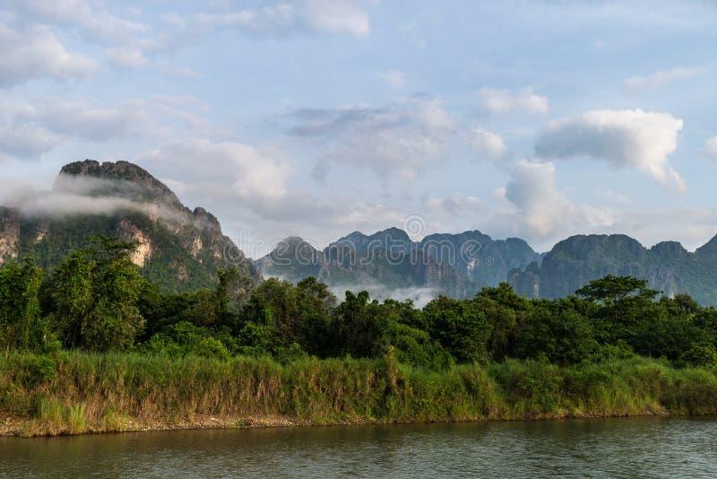 Ποταμός τραγουδιού, Vang Vieng, Λάος, άποψη στοκ εικόνες