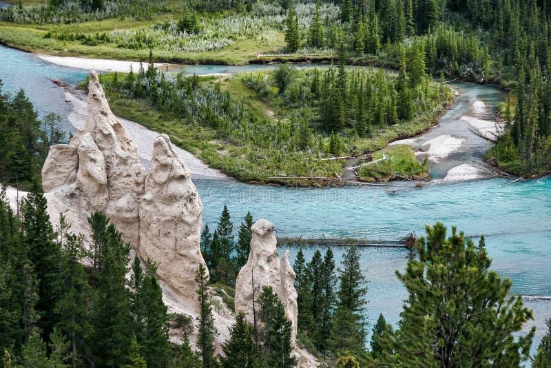 Ποταμός τόξων και το Hoodoos κοντά σε Banff στοκ εικόνα
