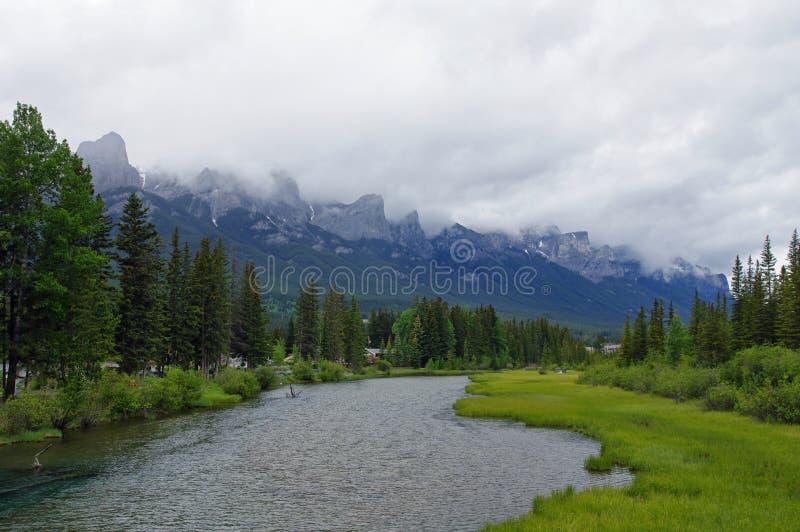 Ποταμός τόξων στο πάρκο σε Canmore, Αλμπέρτα, Καναδάς στοκ εικόνες