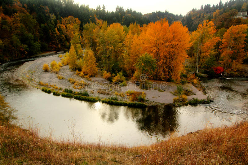 ποταμός φθινοπώρου λαμπρό&s στοκ φωτογραφία