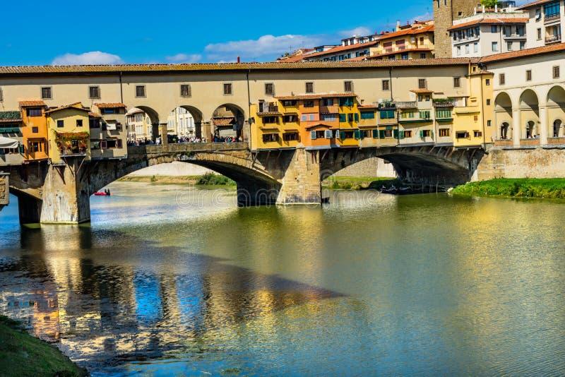 Ποταμός Φλωρεντία Τοσκάνη Ιταλία Arno αντανακλάσεων γεφυρών Vecchio Ponte στοκ φωτογραφία