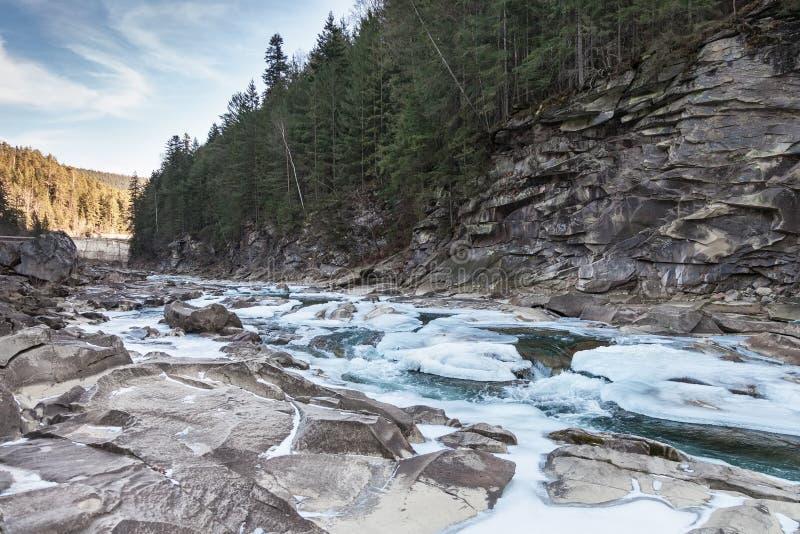 Ποταμός χειμερινών βουνών στοκ φωτογραφίες με δικαίωμα ελεύθερης χρήσης
