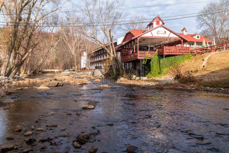 Ποταμός Chattahoochee και κτήρια στην ακτή του, Helen, ΗΠΑ στοκ φωτογραφία με δικαίωμα ελεύθερης χρήσης