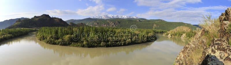 Ποταμός Chuya και καλυμμένη χιόνι κορυφογραμμή βόρειου Chuysky στοκ φωτογραφία με δικαίωμα ελεύθερης χρήσης