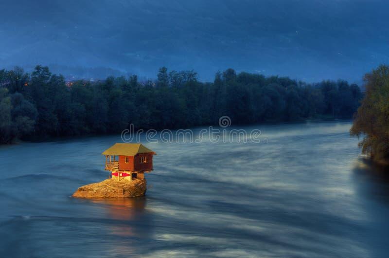 Ποταμός Drina και σπίτι στο μέσο της ποταμός-μπλε ώρας στοκ εικόνα με δικαίωμα ελεύθερης χρήσης