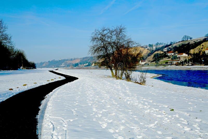 Ποταμός Elbe τοπίων στο χειμερινό μπλε ουρανό στοκ εικόνες