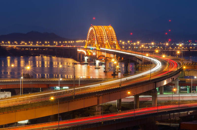 Ποταμός Han με τη γέφυρα Seongsan τη νύχτα στη Σεούλ, Κορέα (μακροχρόνια έκθεση) στοκ φωτογραφίες