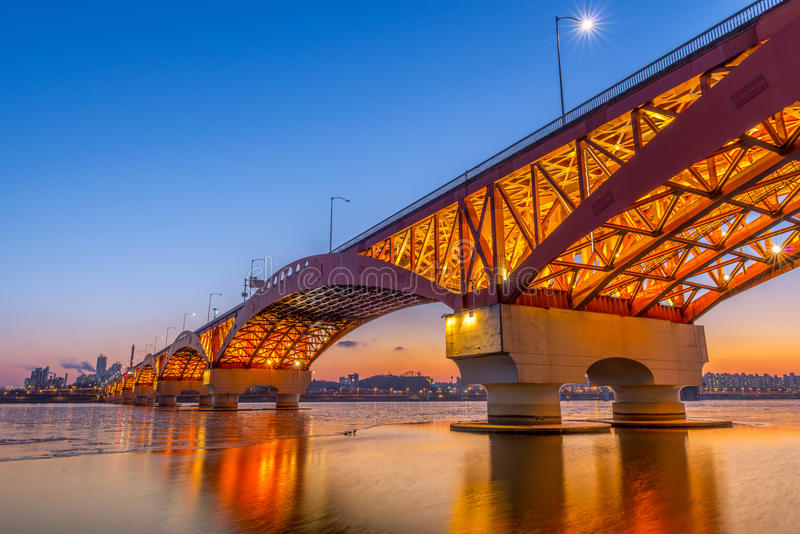 Ποταμός Han με τη γέφυρα Seongsan τη νύχτα στη Σεούλ, Κορέα/Seongsan στοκ εικόνες
