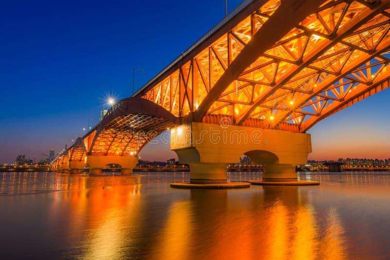 Ποταμός Han με τη γέφυρα Seongsan τη νύχτα στη Σεούλ, Κορέα/Seongsan στοκ εικόνα με δικαίωμα ελεύθερης χρήσης
