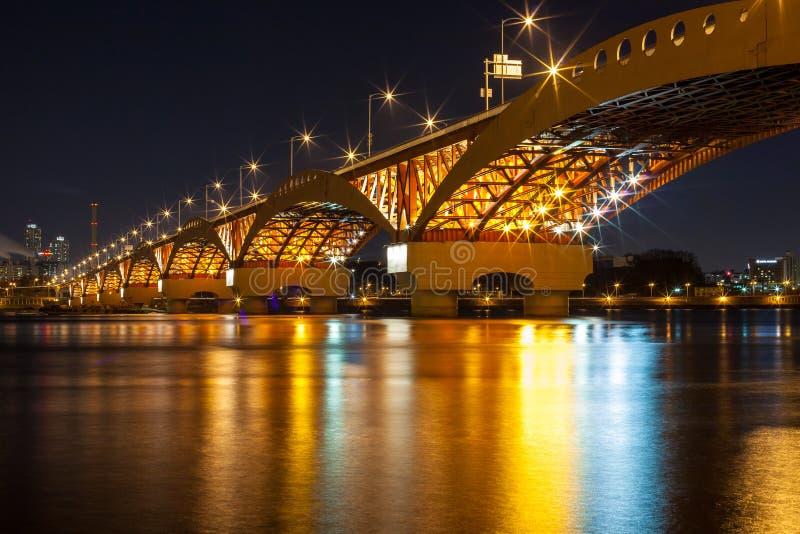 Ποταμός Han με τη γέφυρα Seongsan τη νύχτα στοκ φωτογραφία με δικαίωμα ελεύθερης χρήσης