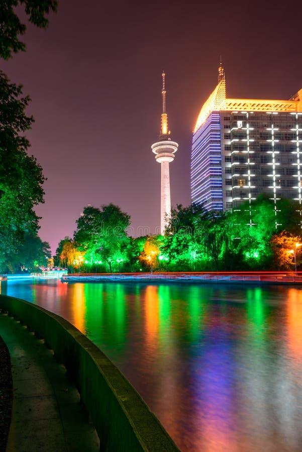 Ποταμός Haohe και πύργος TV τη νύχτα στοκ εικόνες