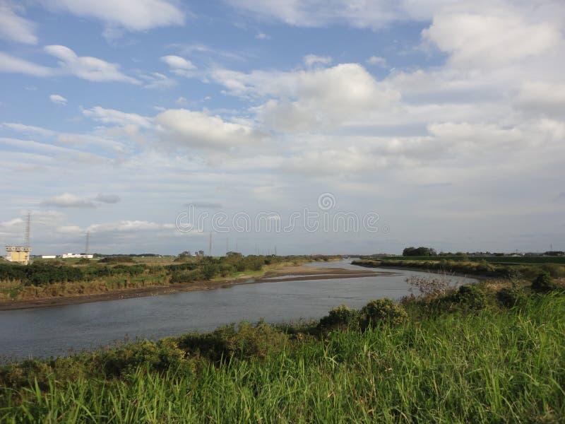 Ποταμός Kokai και ουρανός φθινοπώρου στοκ φωτογραφία