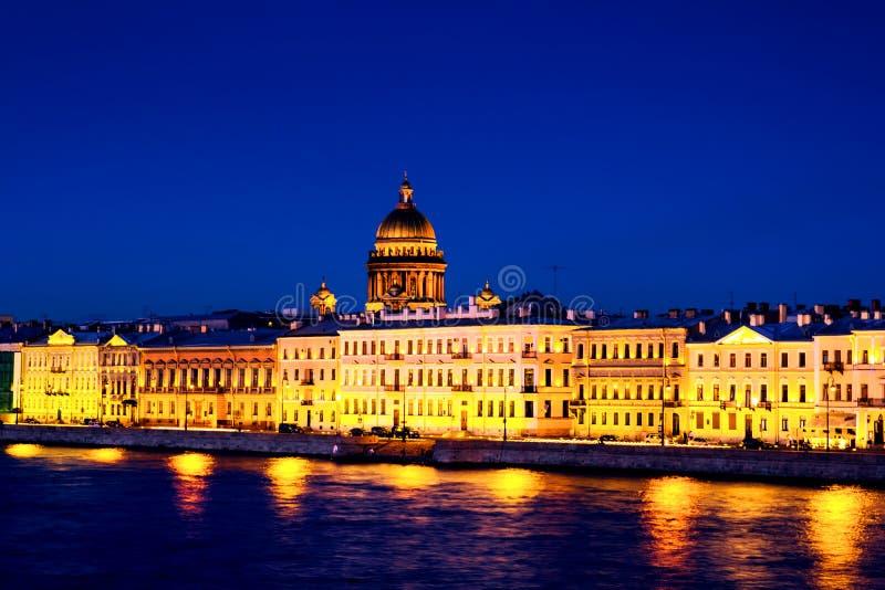 Ποταμός Moyka σε Άγιο Πετρούπολη, Ρωσία στη νύχτα, φωτισμένα ιστορικά κτήρια στοκ φωτογραφία