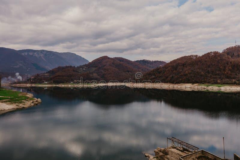 Ποταμός Neretva στη Βοσνία, τοπίο Mindfulness, ηρεμώντας ακόμα υπόβαθρο φύσης στοκ φωτογραφία
