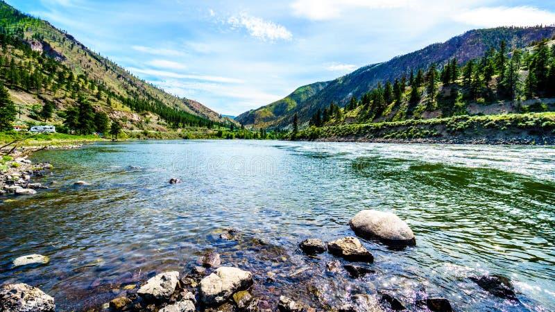 Ποταμός Thompson με τα πολλά ορμητικά σημεία ποταμού του που διατρέχουν του φαραγγιού στοκ εικόνα με δικαίωμα ελεύθερης χρήσης