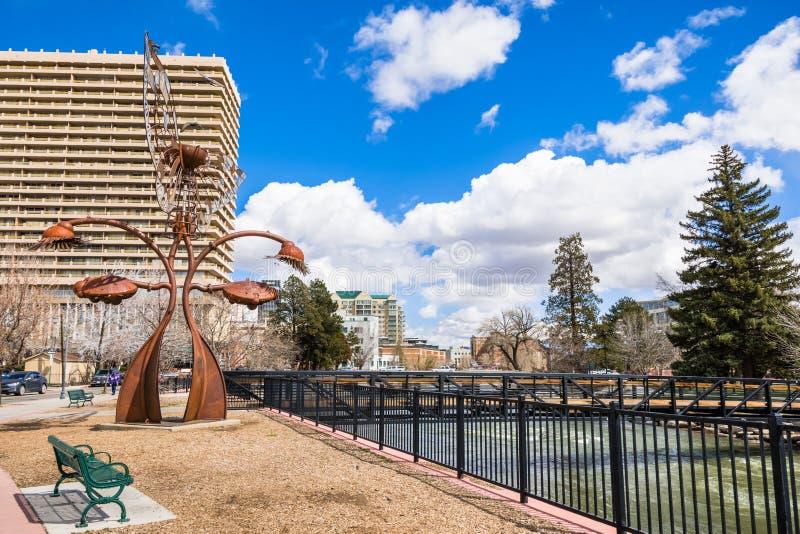 Ποταμός Truckee που διατρέχει στο κέντρο της πόλης Reno, Νεβάδα στοκ φωτογραφίες