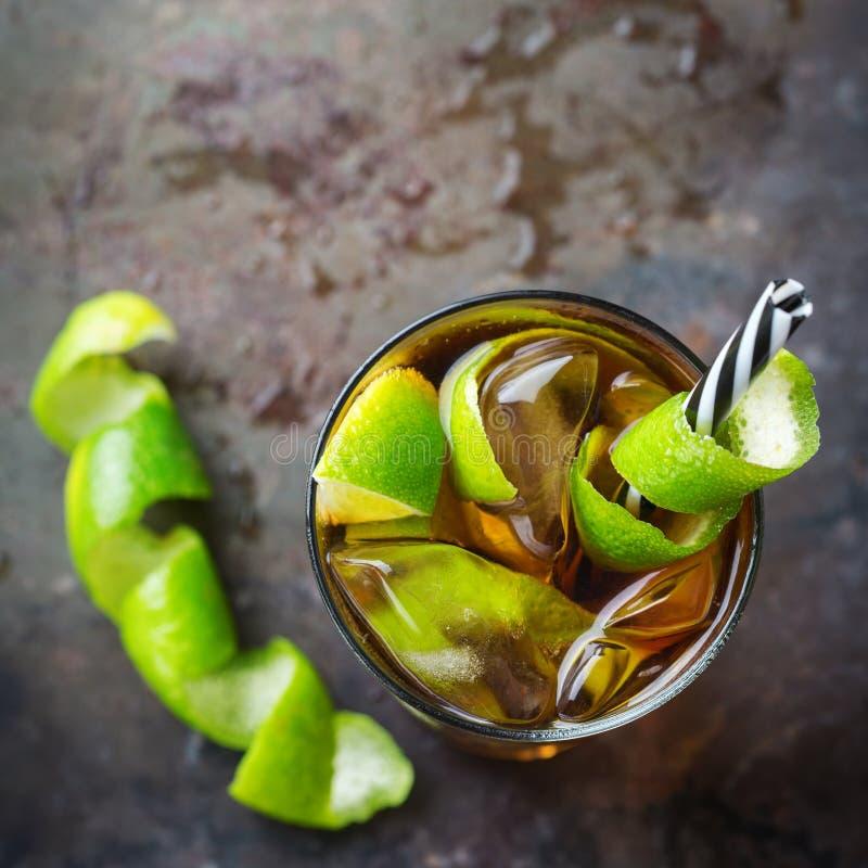 Ποτό κοκτέιλ οινοπνεύματος της Κούβας libre με το ρούμι, κόλα, πάγος, ασβέστης στοκ φωτογραφία με δικαίωμα ελεύθερης χρήσης