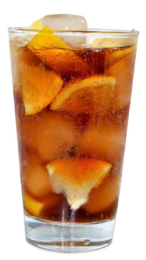 Ποτό κόλας με τους κύβους πάγου και τεμαχισμένο πορτοκάλι σε ένα γυαλί highball στοκ φωτογραφία με δικαίωμα ελεύθερης χρήσης