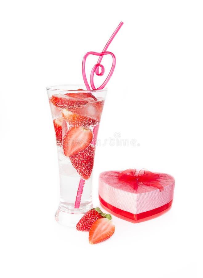 Ποτό λεσχών φραουλών βαλεντίνων με το κιβώτιο δώρων αχύρου και καρδιών στοκ εικόνα με δικαίωμα ελεύθερης χρήσης