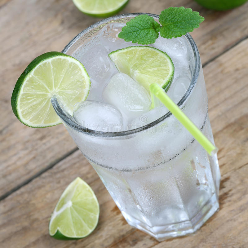 Ποτό νερού ή λεμονάδας με τον πάγο στοκ φωτογραφία με δικαίωμα ελεύθερης χρήσης