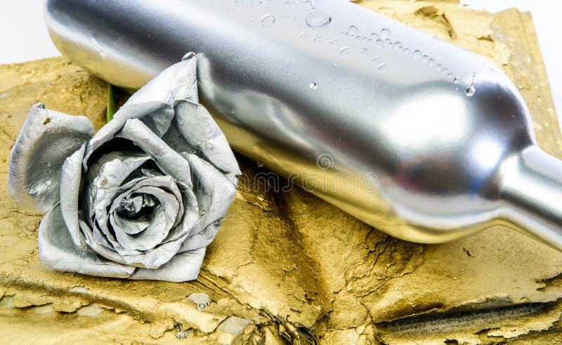 Ποτό οινοπνεύματος Κρασί πολυτέλειας Μεταλλικό ασημένιο χρώμα Έννοια οινοποιιών Floral κρασί Λουλούδι μετάλλων στο ασημένιο μπουκ στοκ φωτογραφία με δικαίωμα ελεύθερης χρήσης