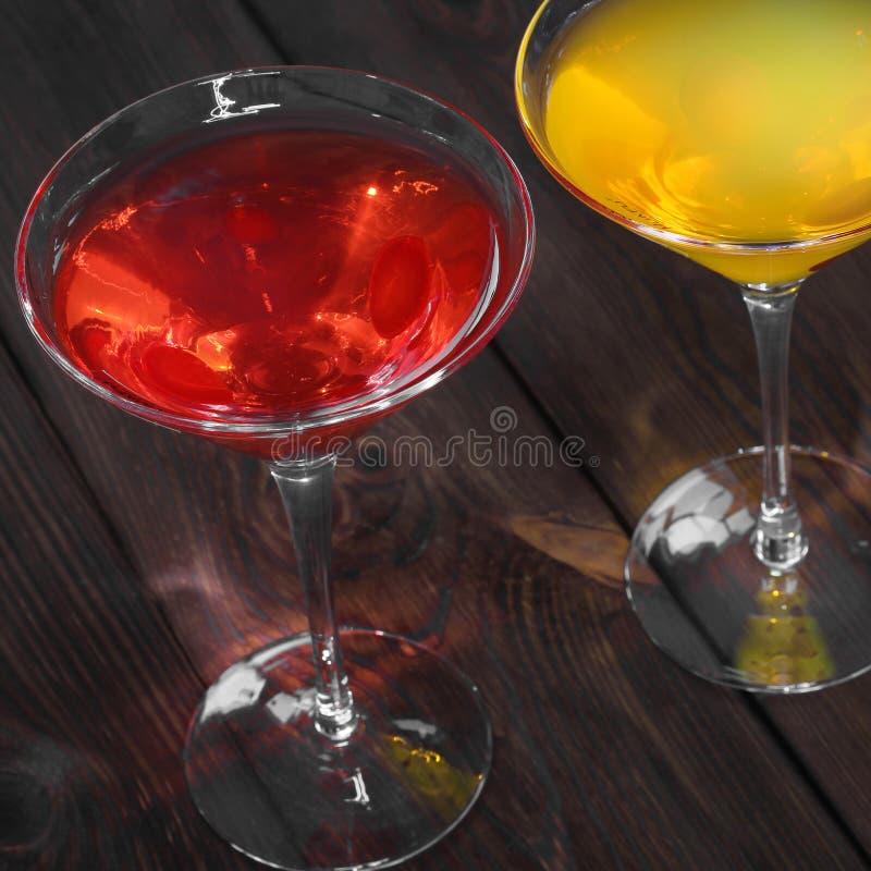Ποτό στο ξύλινο υπόβαθρο στοκ φωτογραφίες