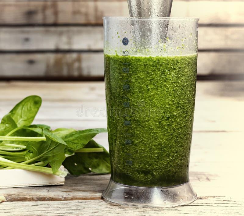 Ποτό Detox που γίνεται από το σπανάκι, το αγγούρι, τον ασβέστη και το αβοκάντο Κατάλληλη διατροφή Ποτό DETOX που γίνεται από τα π στοκ εικόνα