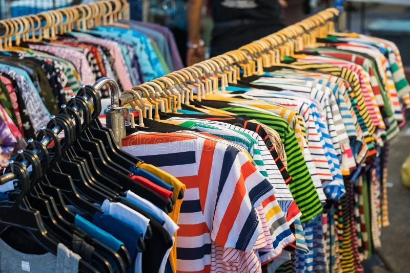 Πουκάμισα μπλουζών θερινών ενδυμάτων ανδρών και γυναικών στοκ εικόνα
