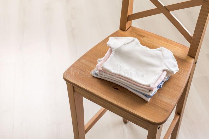 Πουκάμισα μωρών στην καρέκλα στοκ φωτογραφίες με δικαίωμα ελεύθερης χρήσης