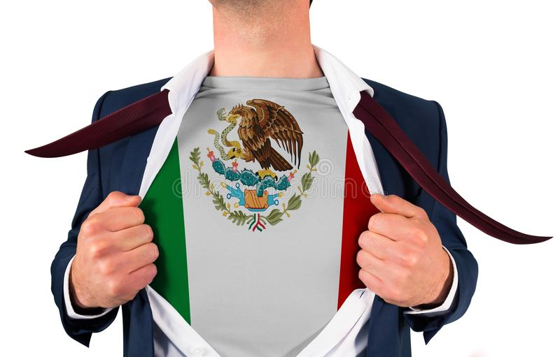 Πουκάμισο ανοίγματος επιχειρηματιών για να αποκαλύψει τη σημαία του Μεξικού στοκ φωτογραφία