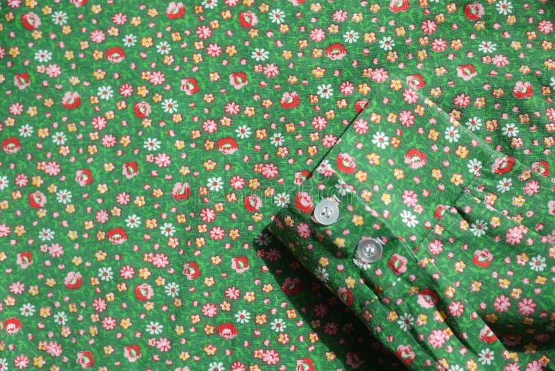 Πουκάμισων σμαραγδένιος πράσινος βαμβακιού της δεκαετίας του '60 υφάσματος μανσετών εκλεκτής ποιότητας πραγματικός με τα κόκκινα  στοκ φωτογραφία