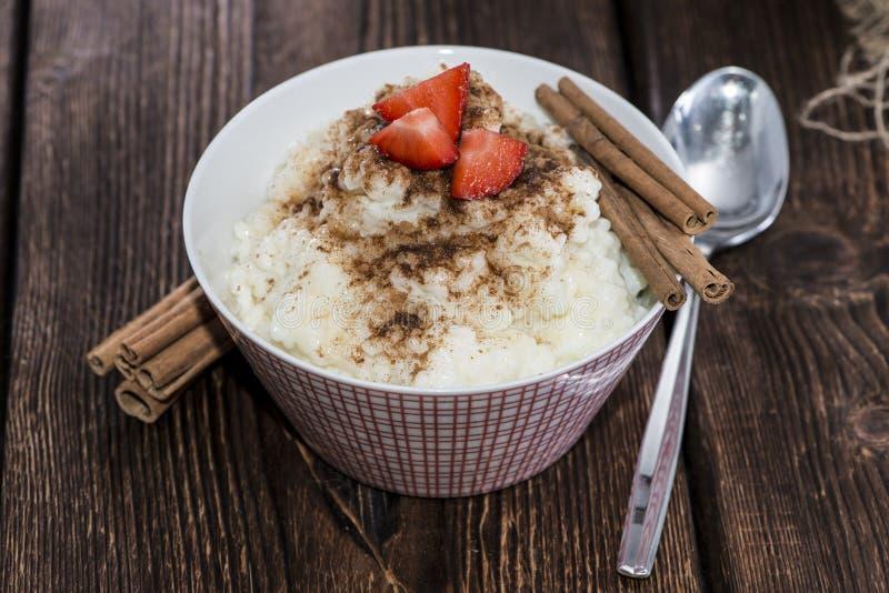 Πουτίγκα ρυζιού με την κανέλα και τις φράουλες στοκ εικόνα με δικαίωμα ελεύθερης χρήσης