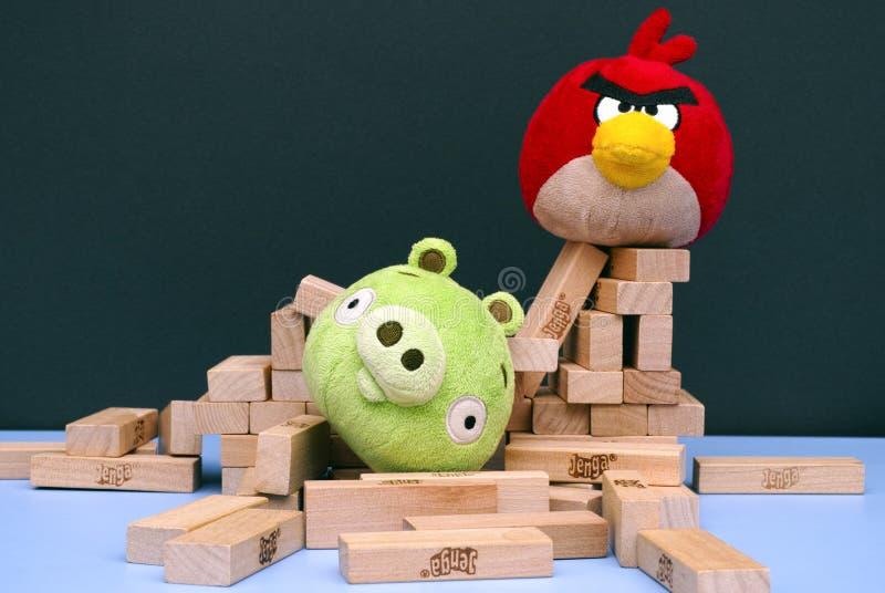 Πουλί εναντίον Κακό Piggies με τα μαλακά παιχνίδια και τα τούβλα Jenga στοκ φωτογραφίες με δικαίωμα ελεύθερης χρήσης