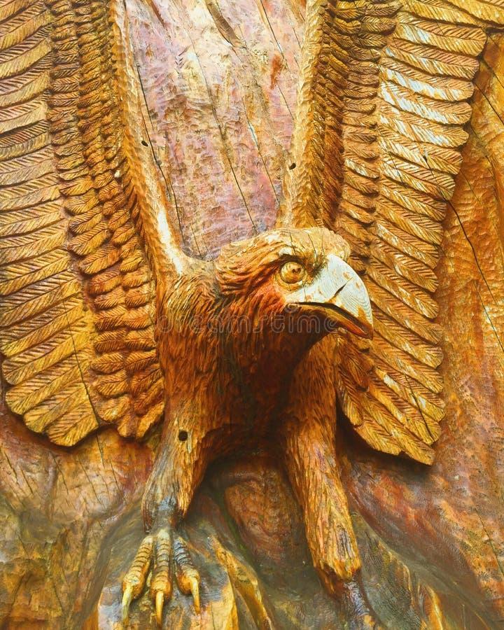 Πουλί που χαράζεται κομψό στο ξύλο στοκ εικόνες