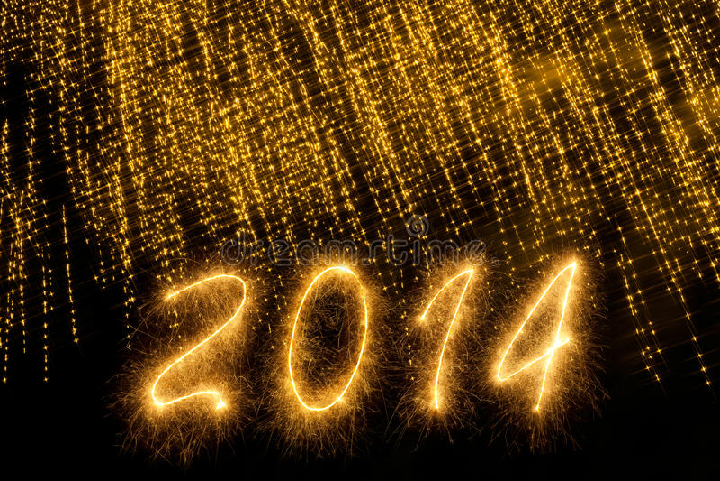 2014 που γράφεται στις χρυσές λαμπιρίζοντας επιστολές στοκ φωτογραφίες