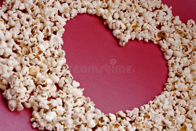 που διαμορφώνεται popcorn καρδιών στοκ εικόνες