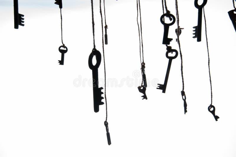 Πολλά αγροτικά κλειδιά που κρεμούν στη σειρά Εκλεκτική εστίαση απομονωμένος στοκ εικόνα