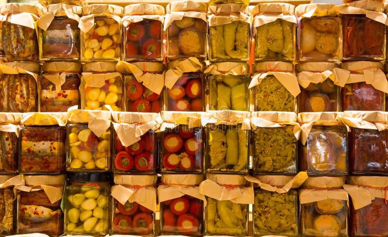 Πολλά βάζα με τα συντηρημένα ιταλικά τρόφιμα στοκ φωτογραφία με δικαίωμα ελεύθερης χρήσης