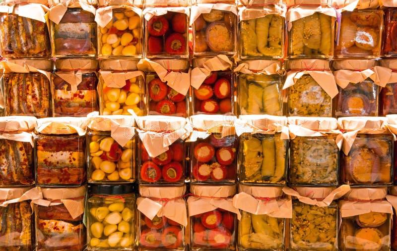 Πολλά βάζα με τα συντηρημένα ιταλικά τρόφιμα στοκ εικόνα με δικαίωμα ελεύθερης χρήσης