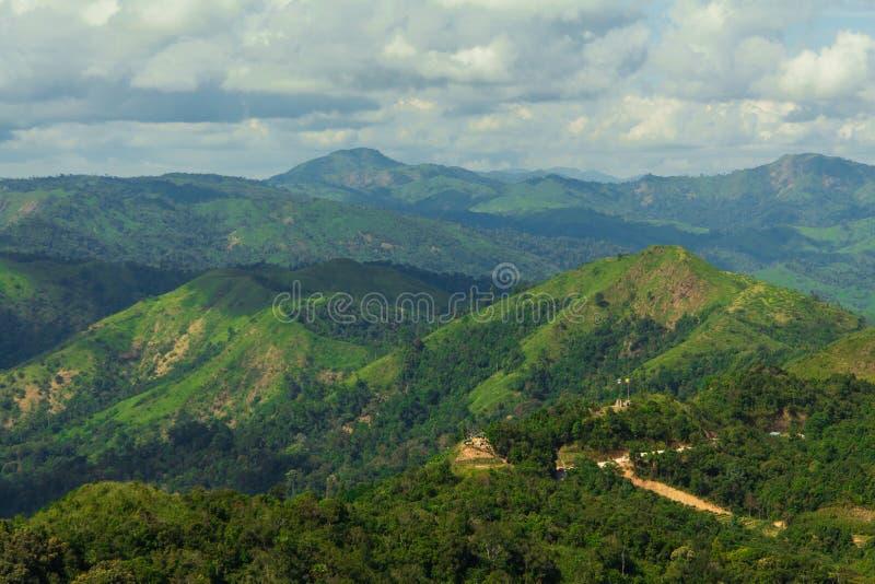 Πολλά βουνά και νεφελώδης στοκ φωτογραφία με δικαίωμα ελεύθερης χρήσης